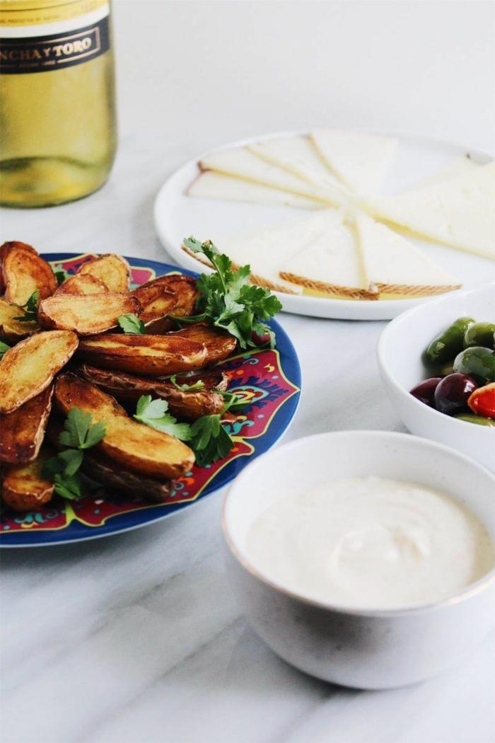 entrantes rápidos y fáciles, recetas de tapas ricas, papas fritas con perejil fresco, salsa de yogur, queso y aceitunas verdes