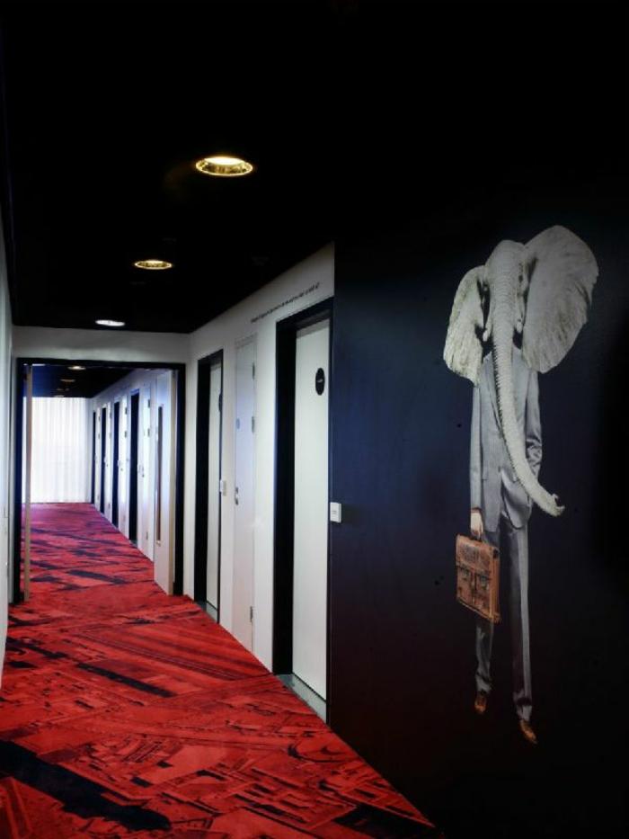 papel pintado pasillo, decoración original y moderna en blanco, negro y rojo con vinilo de pared