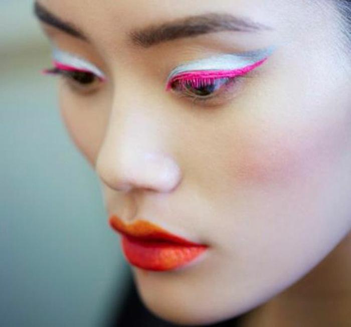 precioso ejemplo de maquillaje de ojos atrevido en colores llamativos, maquillaje paso a paso 2018