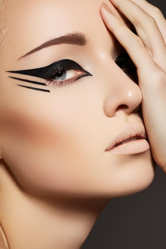 maquillaje paso a paso según las últimas tendencias, ojos de gato con raya del ojo muy alargada