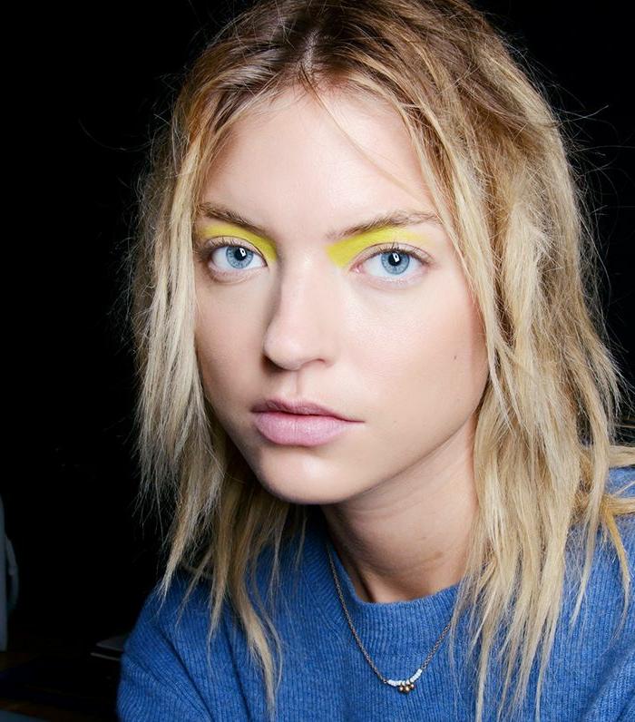ideas de maquillaje paso a paso, sombras de ojos en amarillo neón, ojos sin delineador o rimel