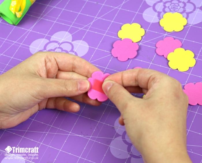 pequeñas rosas en goma eva en rosado y amarillo para hacer un ramo de flores DIY, manualidades para los pequeños