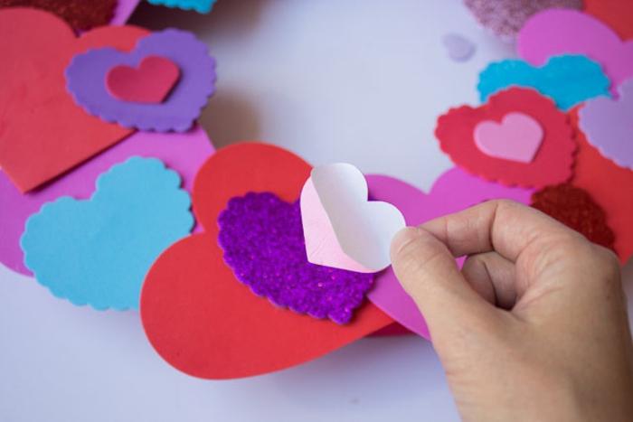 decoracion de encanto de goma eva, corona goma eva con corazones en diferente tamaño y colores