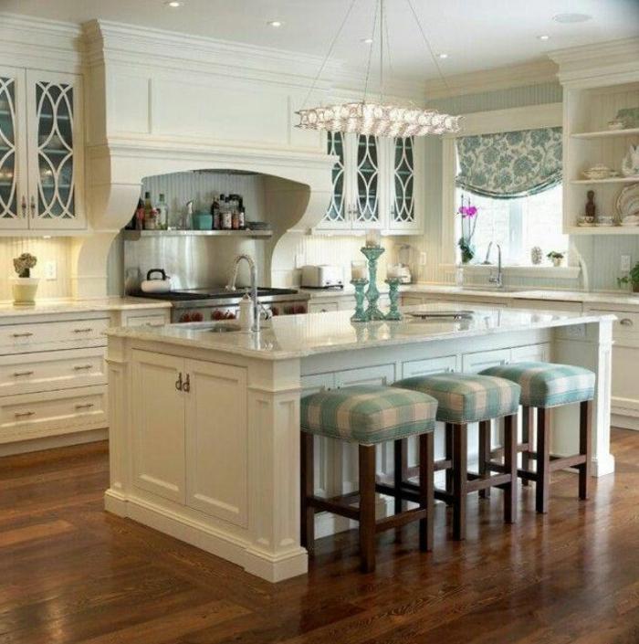 decoración de cocinas pequeñas en colores claros, cocina en blanco con grande isla y sillas tapizadas en blanco y verde
