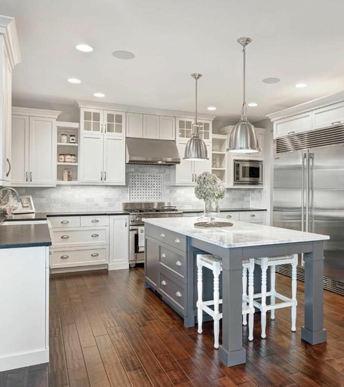 cocinas pequeñas decoradas en blanco y gris, cocina con grande barra con armarios, suelo de parquet y luces empotradas