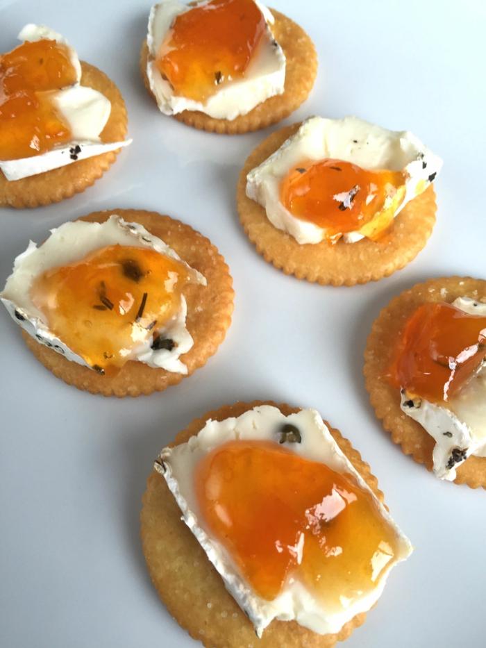 galletas saladas con queso con albahacas y mermeladas de frutas, recetas de tapas super fáciles
