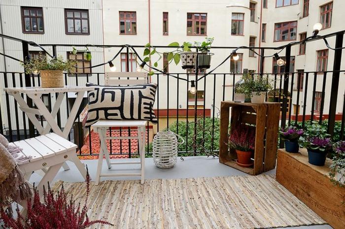 decoracion de patios y terrazas modernas paso a paso, muebles en blanco, guirnaldas de bombillas y macetas de cajas de fruta