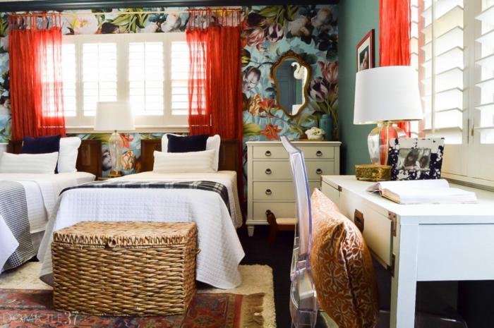 dormitorio pequeño con dos camas individuales, paredes decoradas con papel para forrar muebles y detalles de mimbre