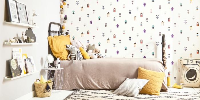 habitación infantil decorada en tonos pastel, paredes con papel para forrar muebles con dibujos infantiles
