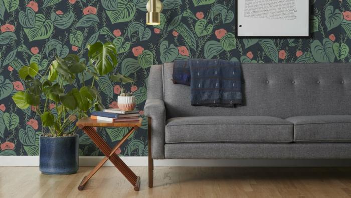 decoración de salón en estilo bohemio con pared de papel pintado barato motivos botánicos y muebles modernos
