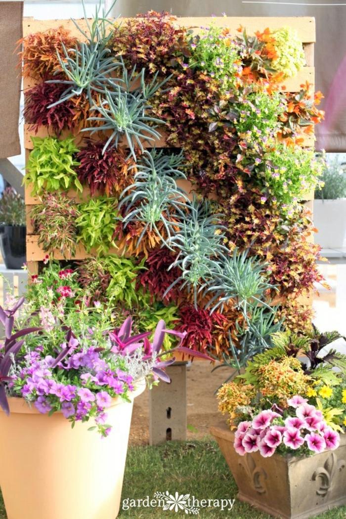 bonito ejemplo de jardineras de palets con plantas verdes y flores, decoración de jardín DIY
