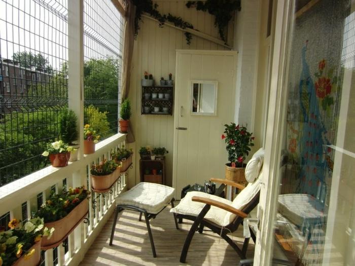 pequeña terraza decorada en beige con muchas flores y plantas verdes, ideas decoracion decoracion de jardines exteriores y balcones