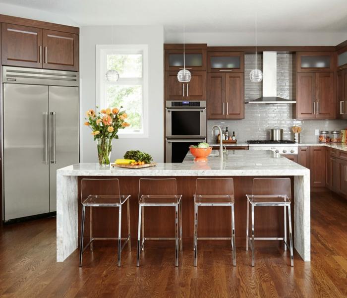 cocinas pequeñas americanas decoradas según las últimas tendencias, sillasoriginales con respaldo transparente