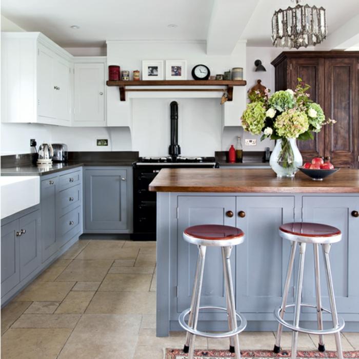 cocinas modernas pequeñas con isla, sillas de barra modernas, barra con encimera de madera y decoración de flores