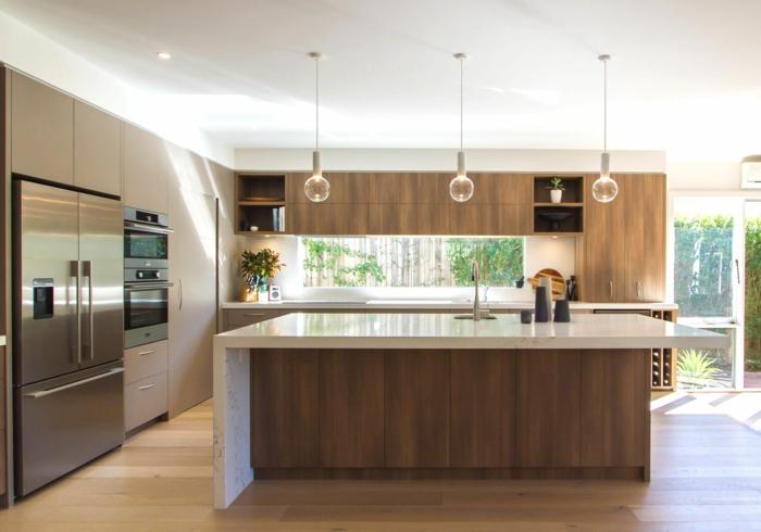bonita decoracion cocinas moderna con lámpras originales de diseño, isla con barra en blanco