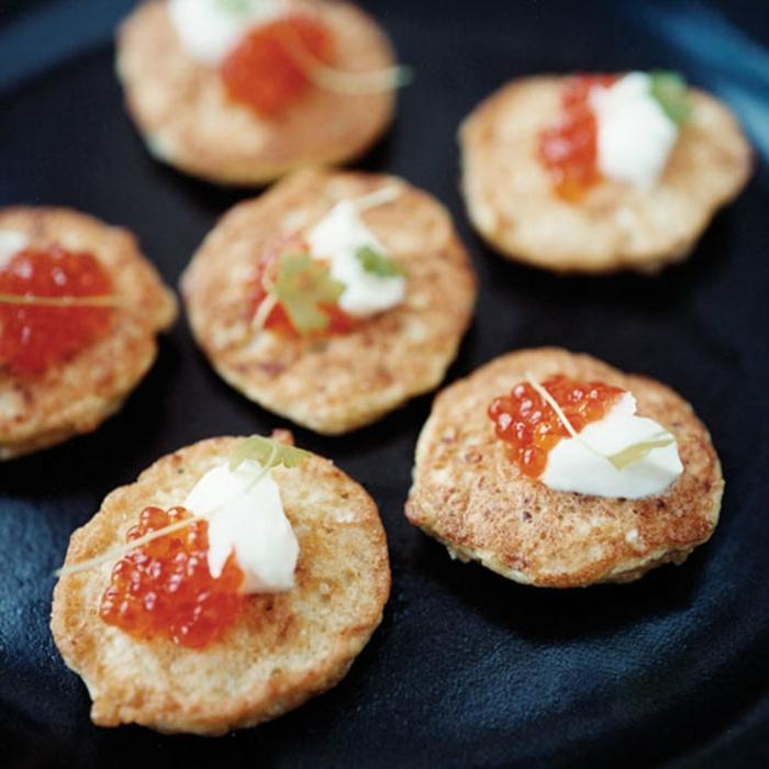 recetas de tapas simples y sabrosas, galletas caseras con caviar y queso fresco, entrantes para picoteo