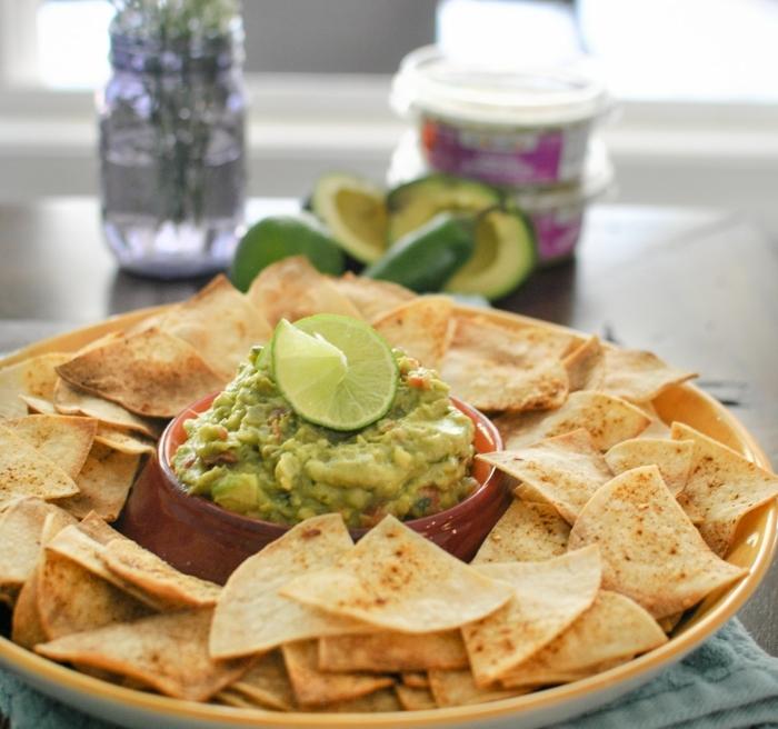 recetas de tapas clásicas para picotear con amigos, guacamole con nachos caseros para hacer en casa