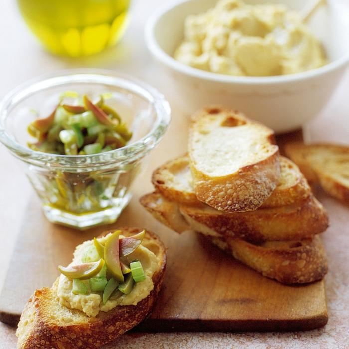 tostadas con humus, aceitunas verdes y cebollín super sabrosas, ideas de recetas de tapas veganas y vegetarianas