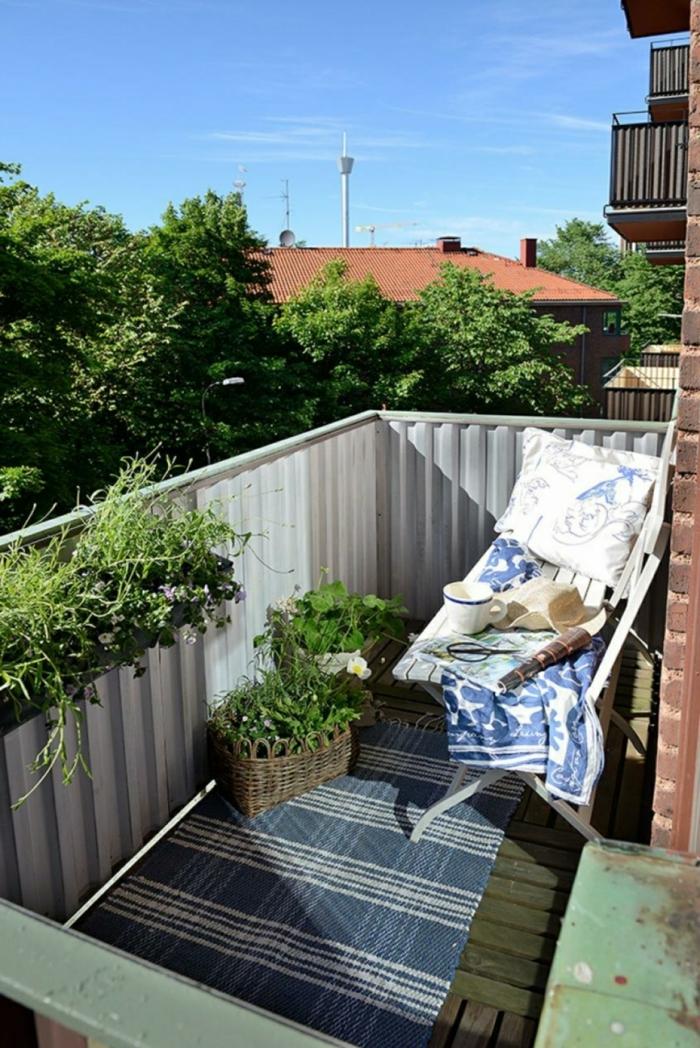 bonita terraza de tamaño muy pequeño decorada en blanco y azul con macetas de mimbre, ideas decoracion de patios