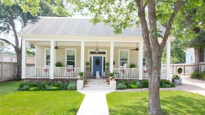 patios con encanto tendencias 2018, precioso jardín con cespéd y arbustos bajos, veranda de encanto decorada en color ocre