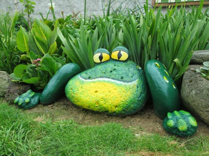 patios decorados ideas originales y divertidas, decoración en forma de rana de piedras pintadas en verde
