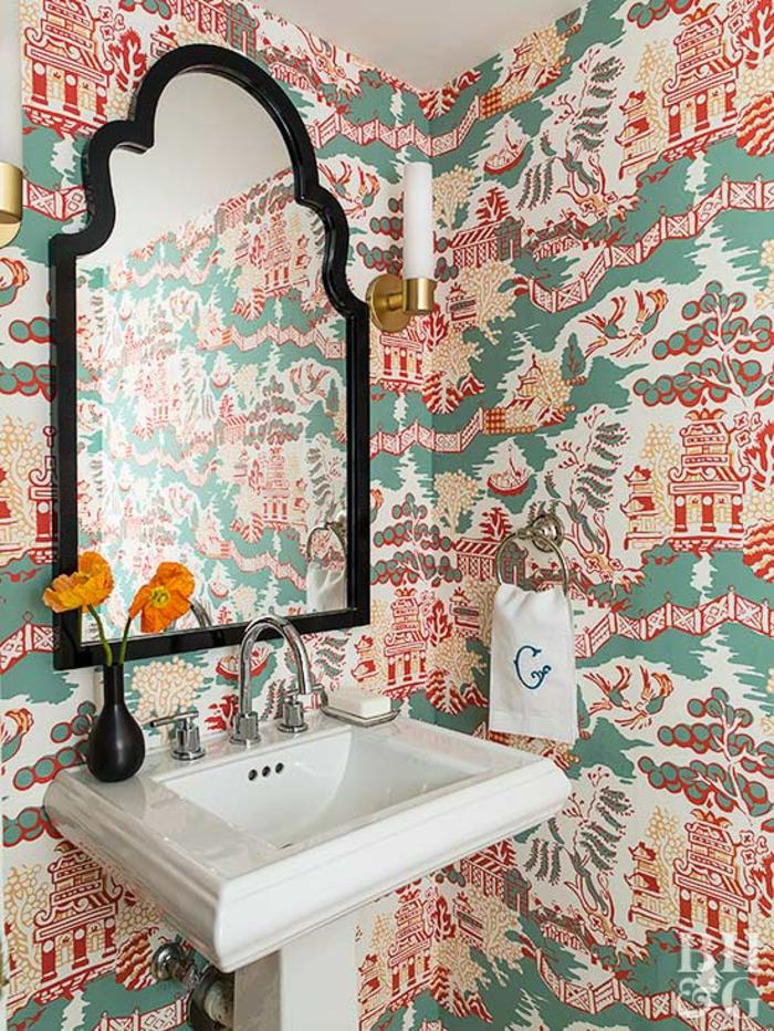 baño moderno con paredes decoradas con papel pintado barato motivos asiáticos, grande espejo con marco en negro