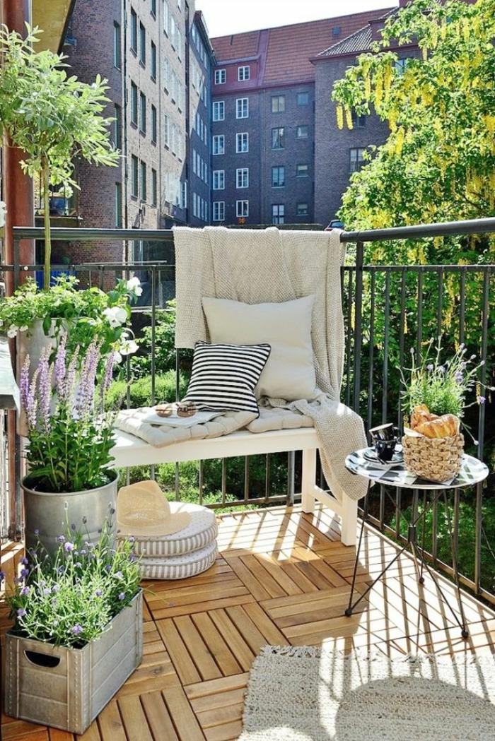 balcon bonito y acogedor decorado en tonos claros con macetas DIY plantas verdes, ideas decoracion de jardines exteriores y balcones