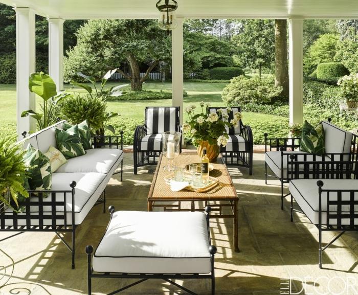 decoracion de jardines moderna, sillones bonitos con colchonetas en blanco y negro y muchas plantas verdes