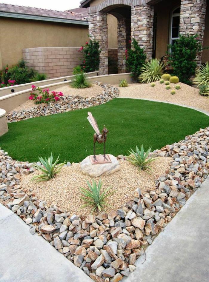 patios y jardines modernos decorados de encanto, jardín con césped y decoración de piedras, figuras decorativas de metal