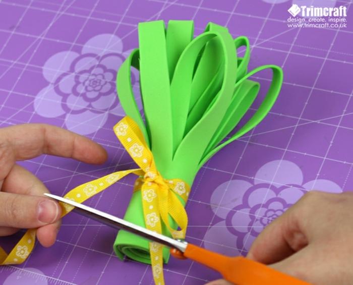 como hacer un ramo de flores DIY para regalar, flores de goma eva para manualidades y decoración