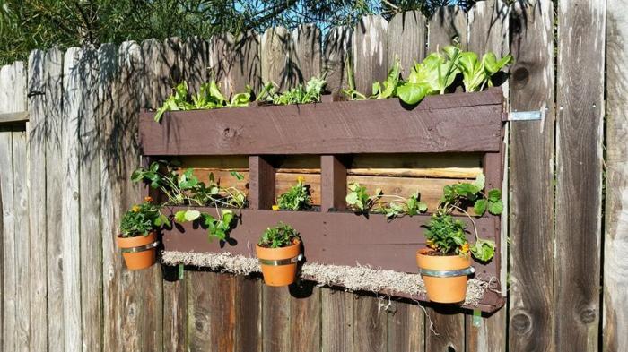 ejemplos de jardineras de palets hechas a mano, pequeñas macetas con plantas verdes bajas para decorar el patio