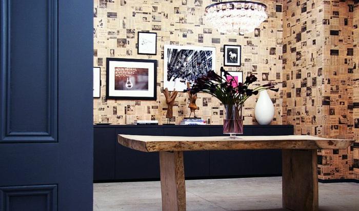 decoración en estilo vintage con papel pintado barato y original, mesa de madera masiva y detalles en azul