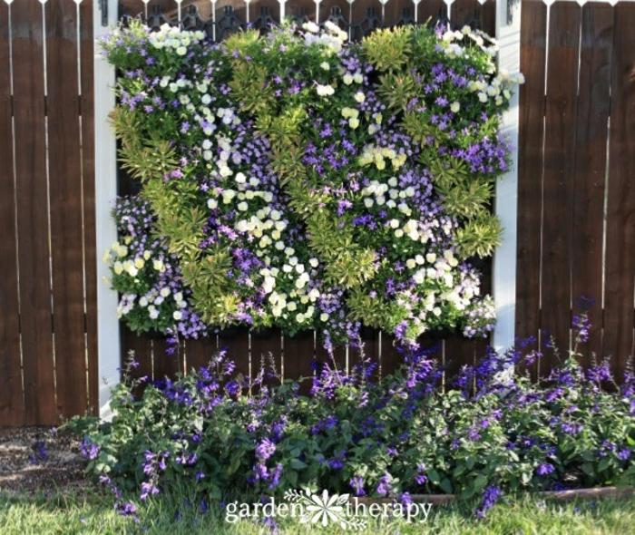 jardin vertical con palets con flores bonitas, jardin ideas fáciles y originales para decorar el jardín