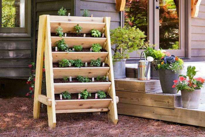 bonita macetera con plantas verdes hecha de madera, ejemplo de jardineras de palets fáciles de hacer