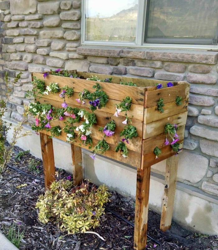jardineras de palets con piernas, ideas encantadoras para decorar el jardín, macetero con flores DIY