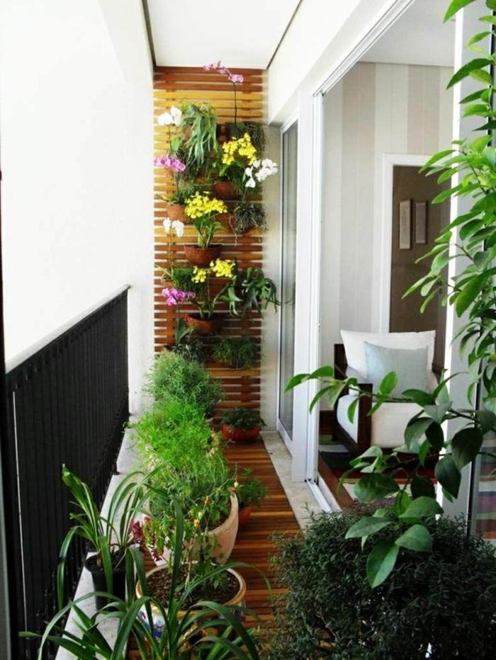 terrazas pequeñas con encanto ideas, jardinera vertical de madera con muchas macetas pequeñas con flores y plantas verdes