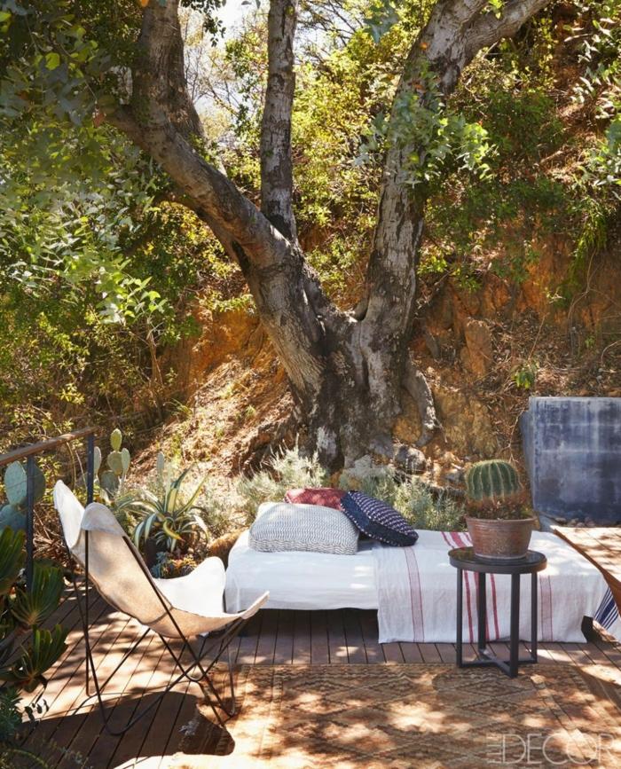 decoracion exteriores en estilo bohemio, decoración con plantas suculentas y muebles en estilo vintage