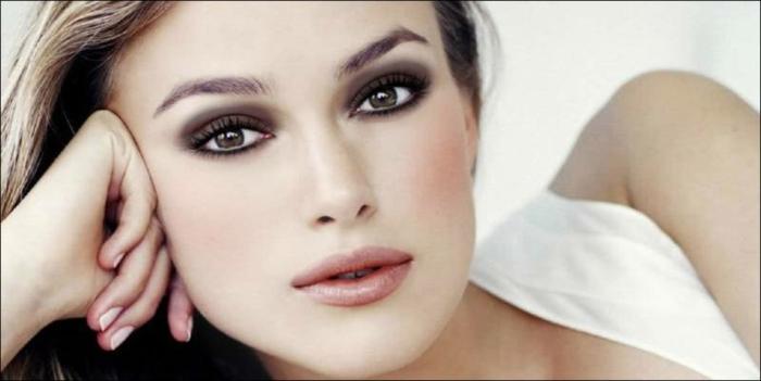 Keira Knightley con ojos ahumados, maquillaje paso a paso para conseguir una mirada profunda y dramática