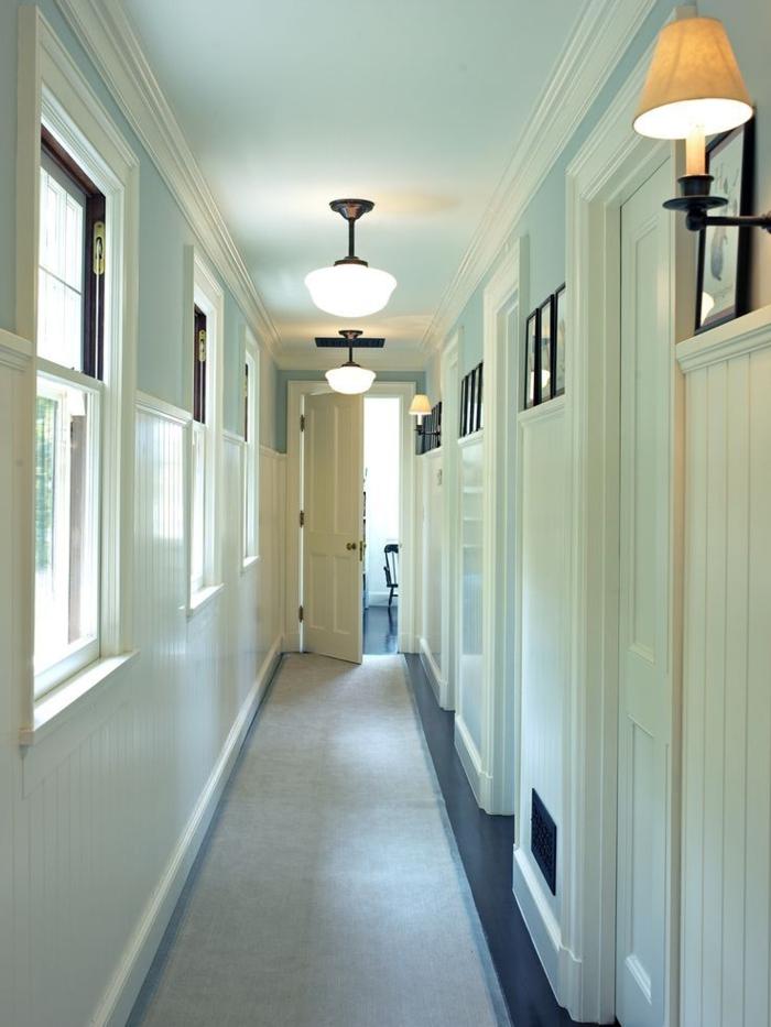 ejemplos de decoracion de pasillos modernos, corredor pintado en azul claro y beige en estilo minimalista