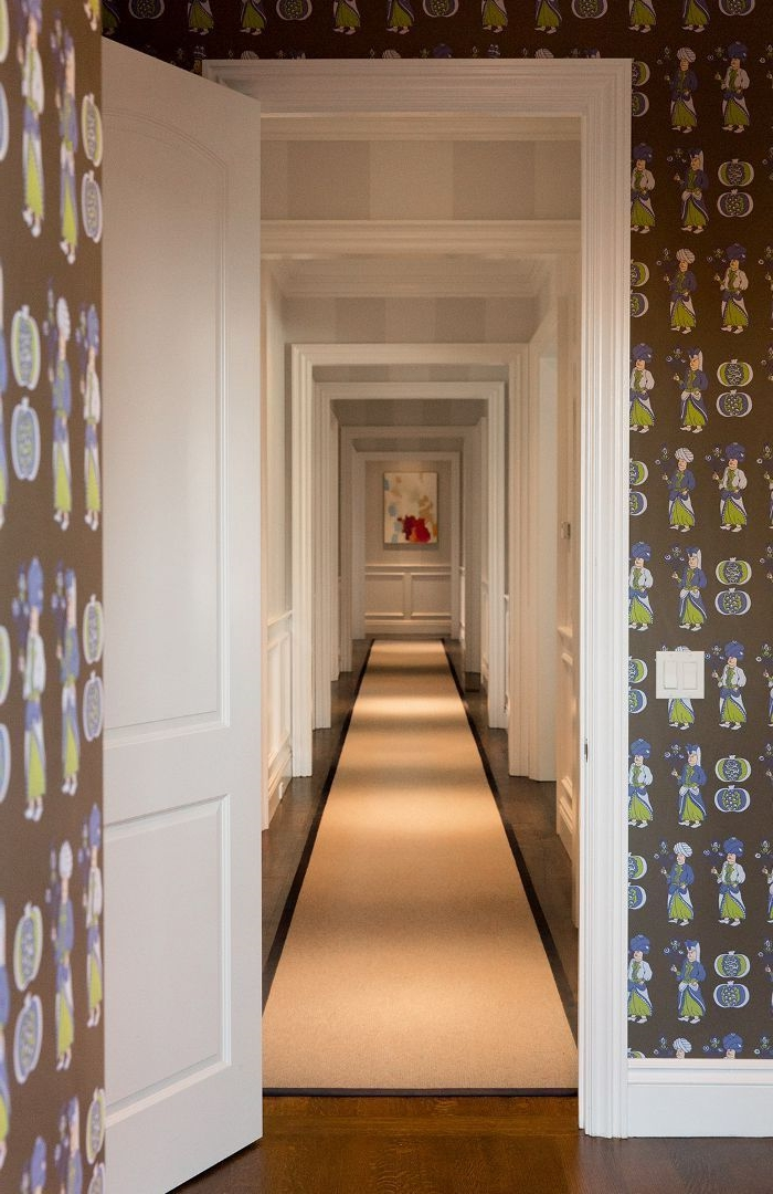 tendencias decoracion de pasillos modernos, paredes con papel pintado, largo pasillo decorado en beige y gris