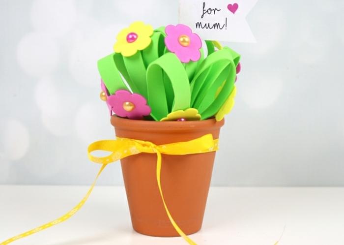 ideas de regalos para el día de la madre, flores de goma eva fáciles de hacer paso a paso