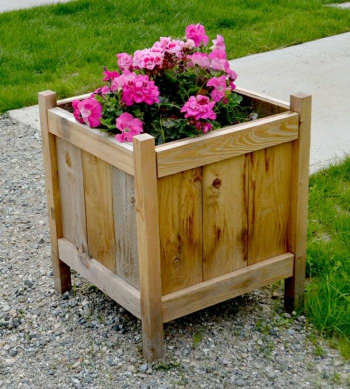 bonitos ejemplos de maceteros de palets hechos a mano, macetero de madera con flores en rosado