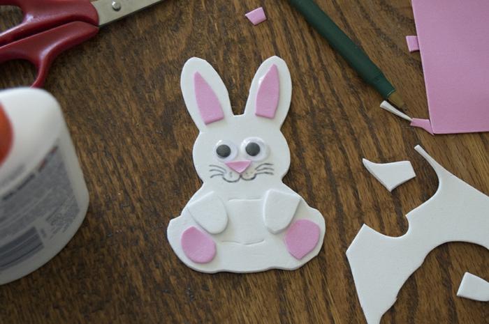 ideas DIy de encanto para los pequeños, muñecas goma eva en forma de animalitos, conejo de goma eva DIY