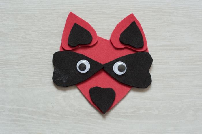 mapache DIY paso a paso, bonitas ideas de muñecas goma eva, figura de animal hecha de goma eva en rojo y negro