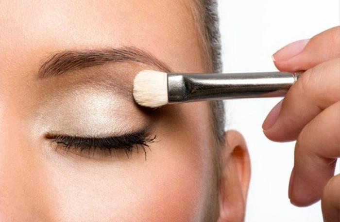 tutoriales con maquillaje paso a paso, sombras de ojos en beige y dorado, maquillaje casual de día