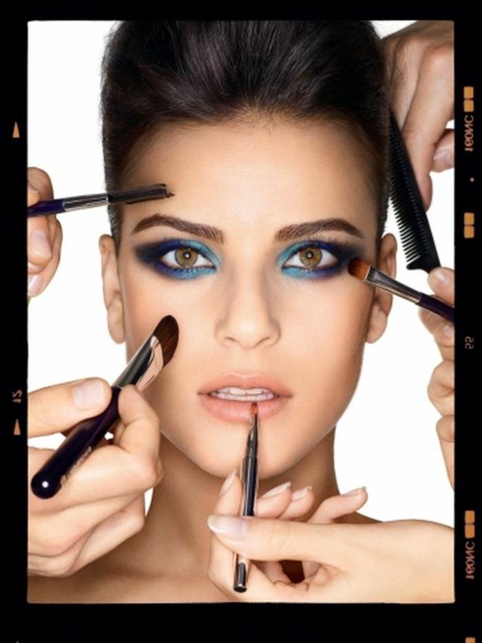 preciosa combinación de sombras de ojos en azul, verde y lila, maquillaje paso a paso ideas
