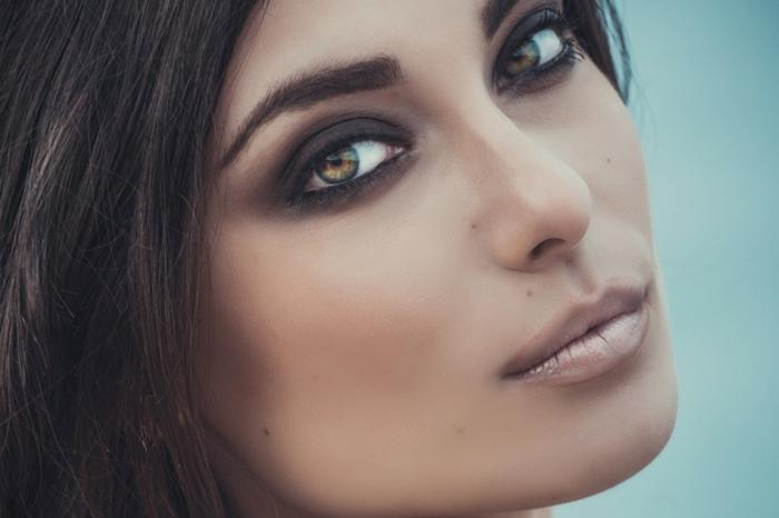 mirada profunda con ojos ahumados, como maquillarse bien según la forma y el color de tus ojos
