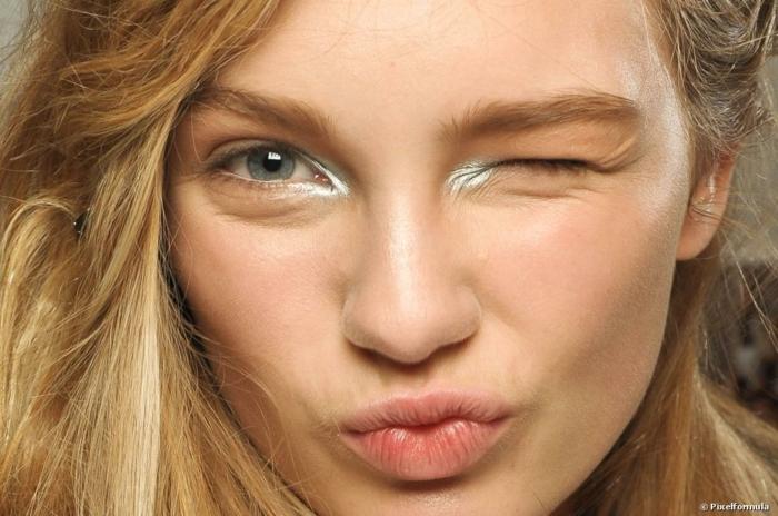 ideas y consejos útiles sobre como maquillarse bien, lapiz en plateado en los ojos y maquillaje natural