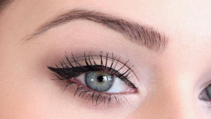 ideas sobre como maquillarse bien, maquillaje con clásico con la raya en negro y pestañas en negro