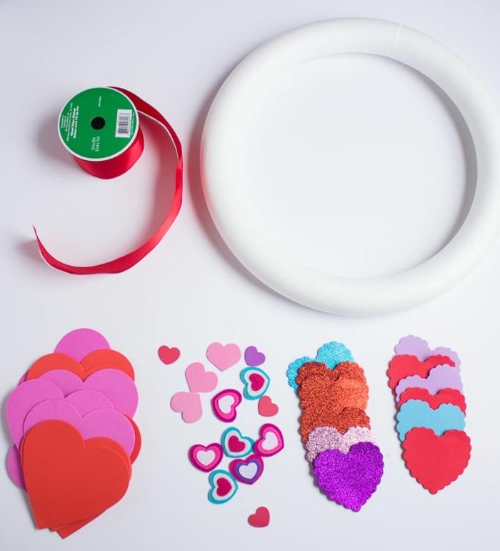 cosas que necesitas para hacer una corona goma eva DIY, corazones de goma eva, cinta decorativa, aro de plástico
